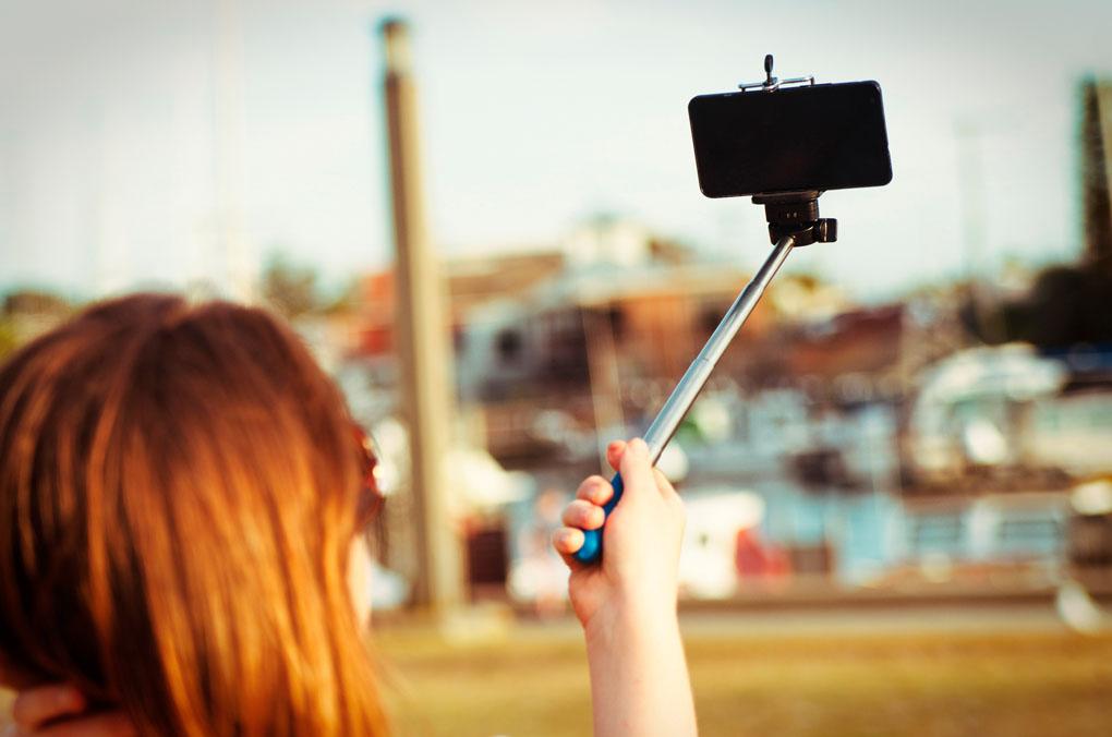 El palo del selfie nunca viene mal, pero asegúrate de que sujete bien el teléfono.