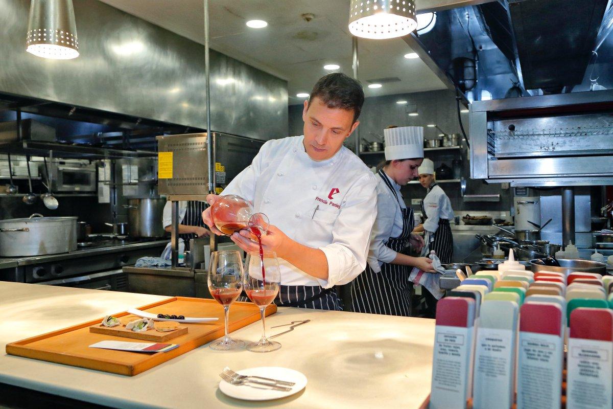Restaurante 'El Portal de Echaurren'. Francis Paniego sirviendo la 'infusión en frío' de frutas rojas, uvas, romero, tomillo y menta