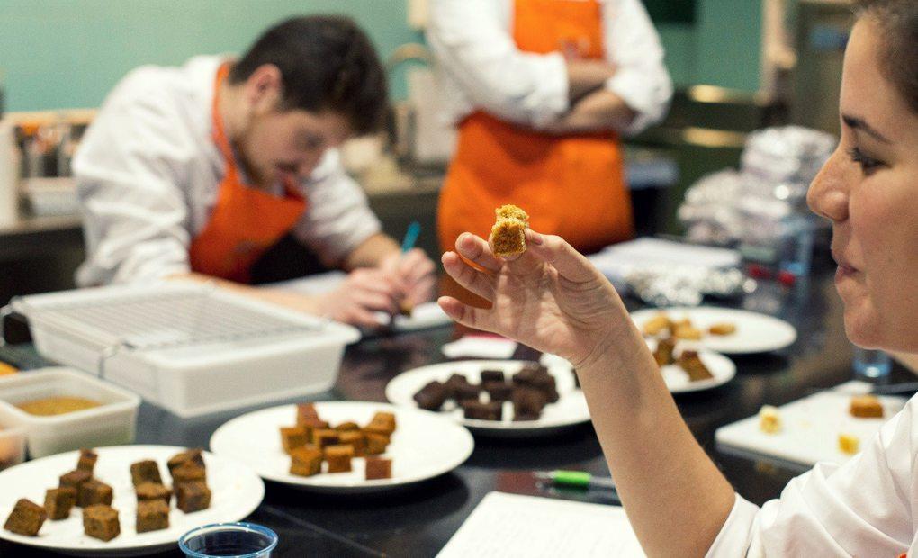 Maestros pasteleros elaborando postres