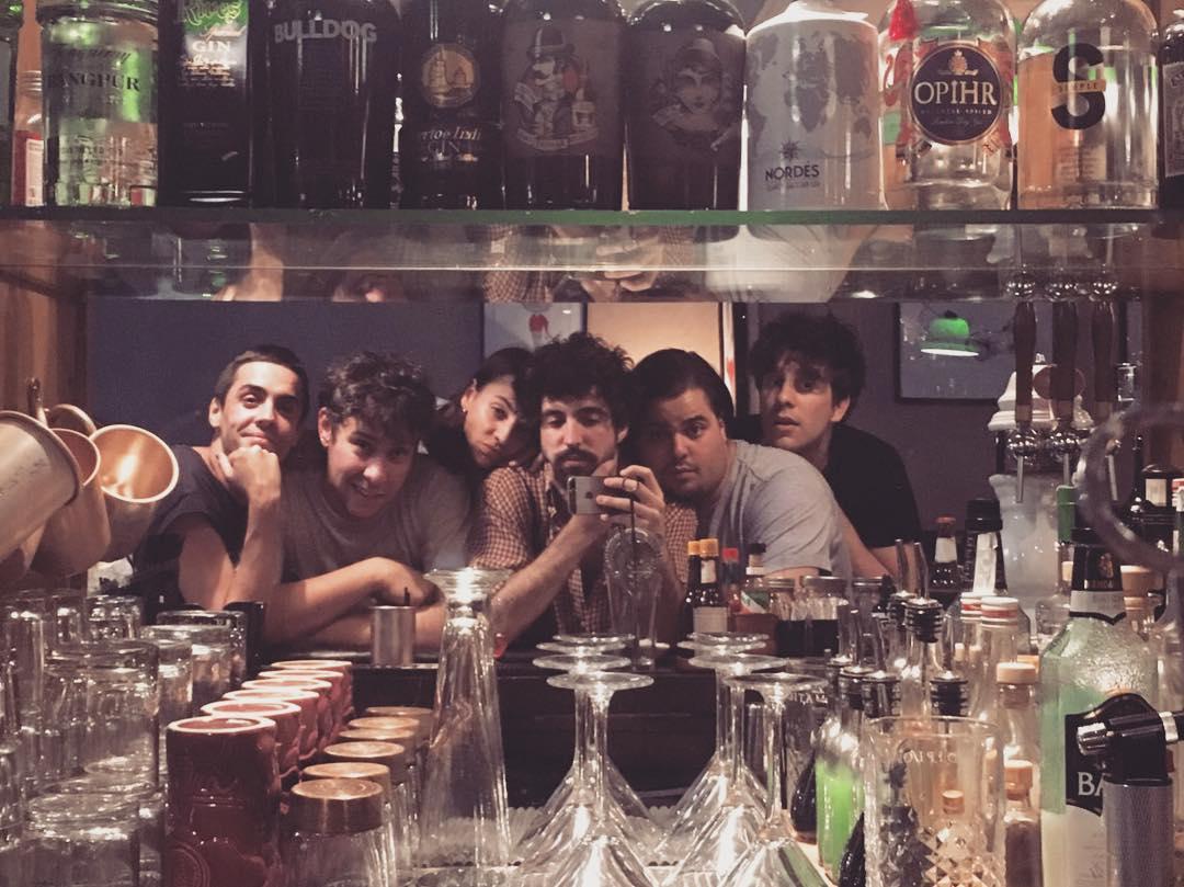 Brays Efe con amigos en la coctelería 'Santamaría'.