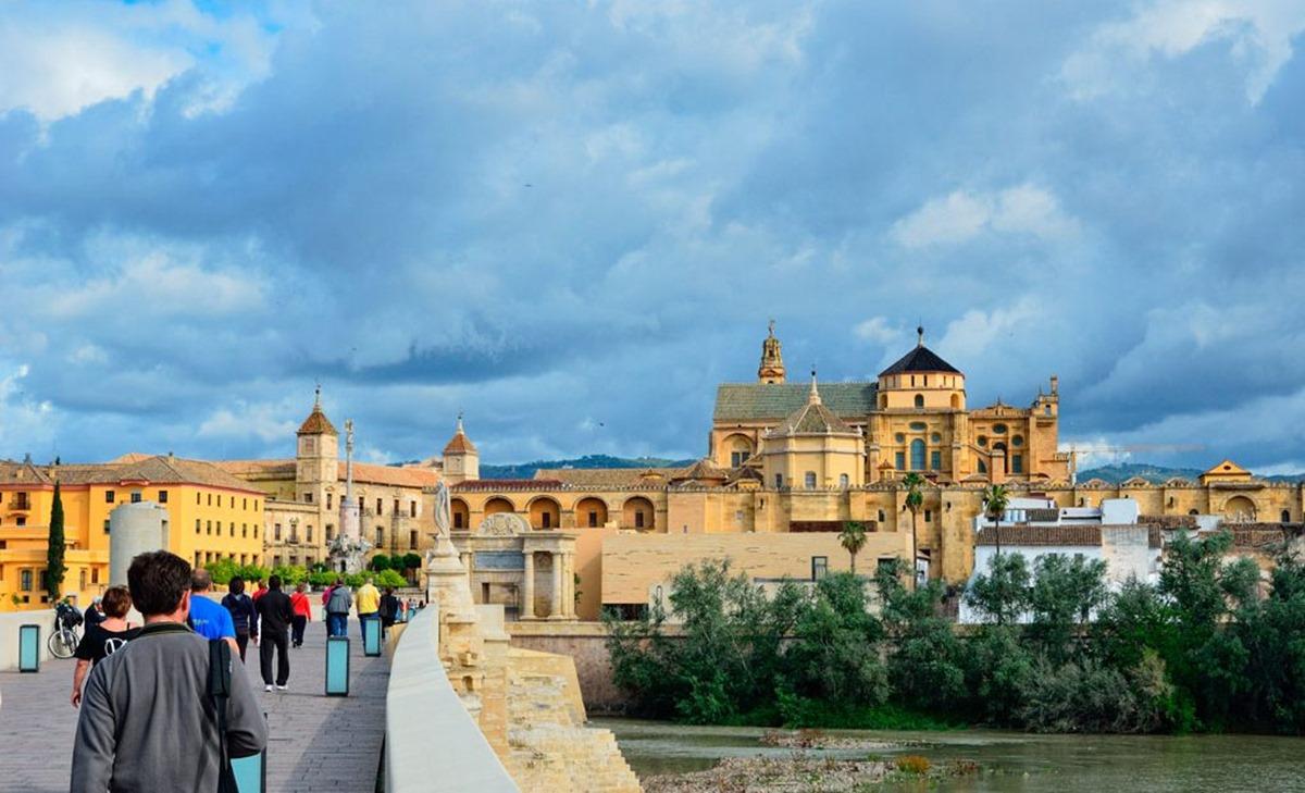 Las imponentes vistas de la Córdoba desde el puente romano. Foto: Shutterstock