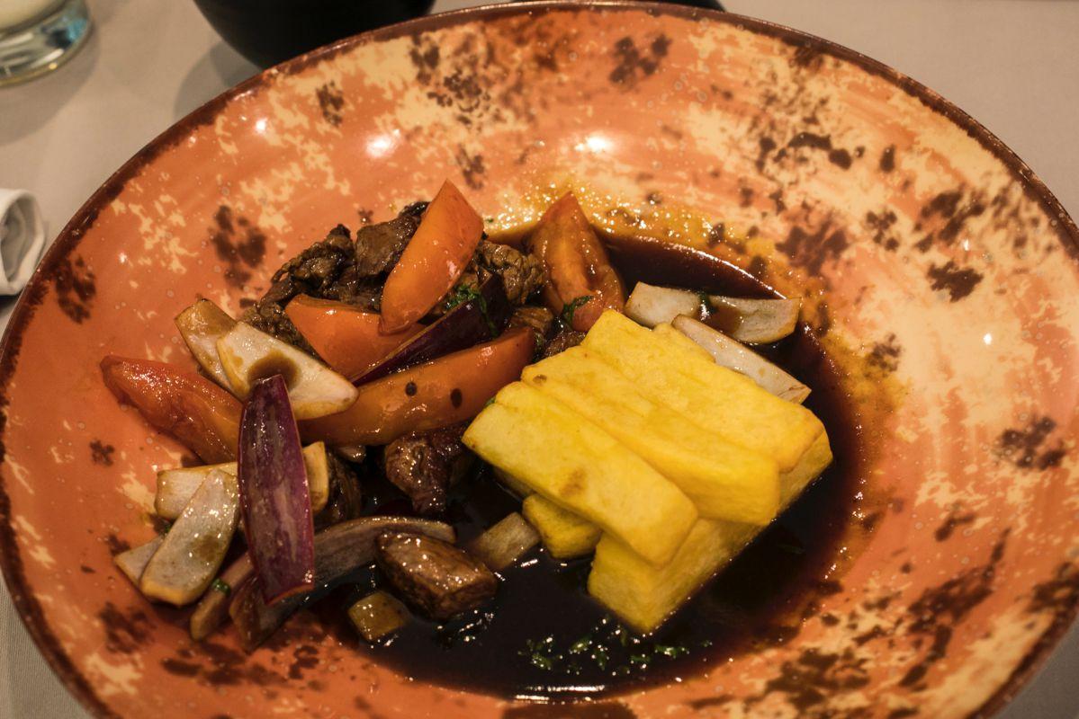 Lomo salteado de carne, tomate, cebolla roja, ají amarillo y soja del restaurante peruano Commo Fusión, en Valencia.