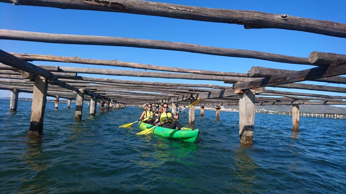 Dos chicas remando a través de las bateas de la bahía dels Alfacs. Foto: Natura Aventura.