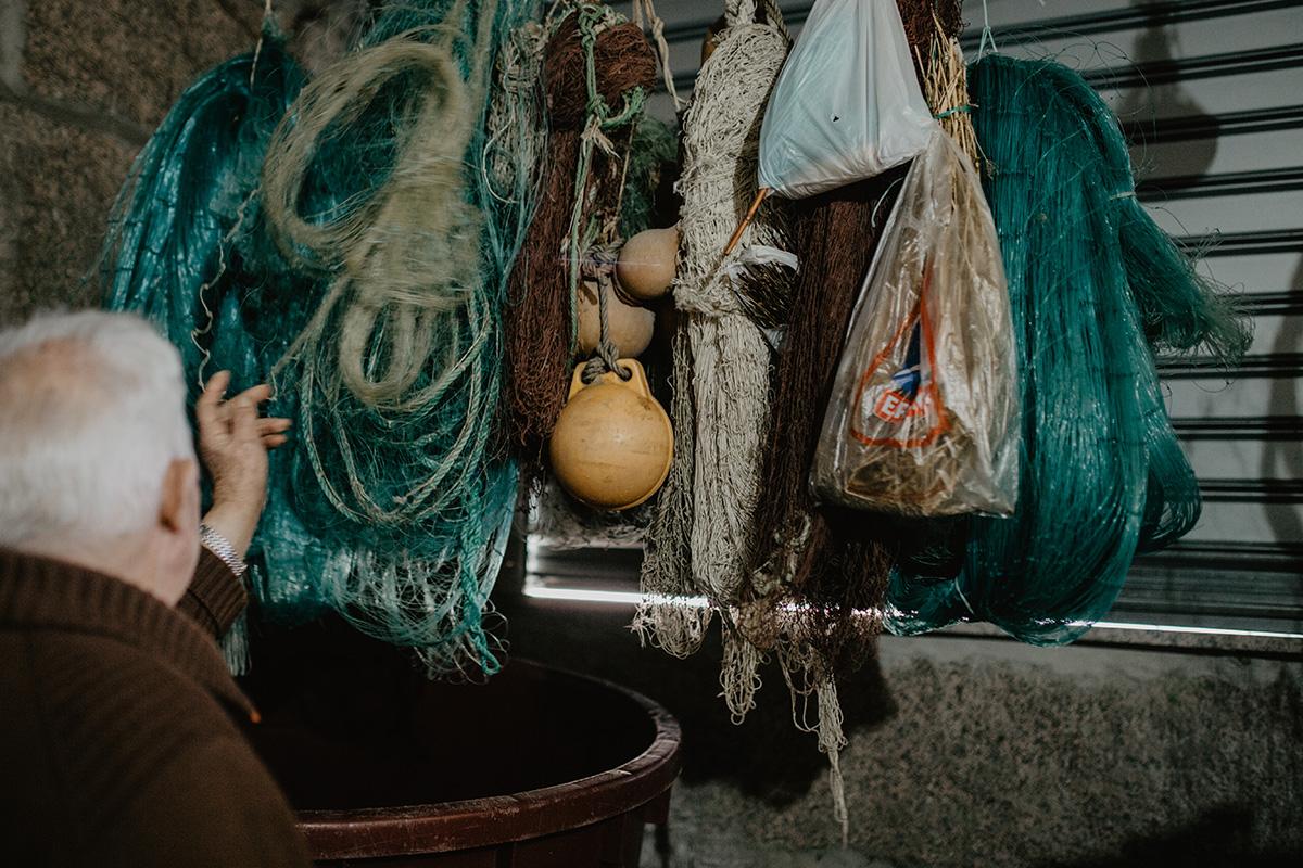 En el interior del garaje, Severo guarda los 'redeiros', que se extienden en el río casi de extremo a extremo.