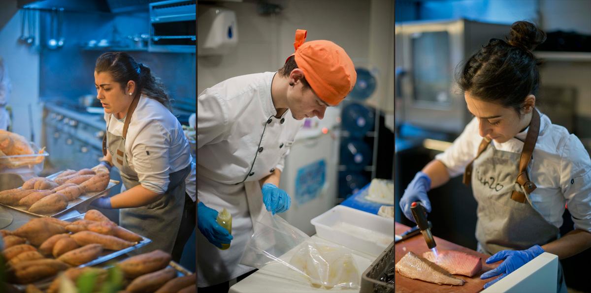 El equipo de cocina, sin un minuto para parar en la hora punta. Foto: Sofía Moro