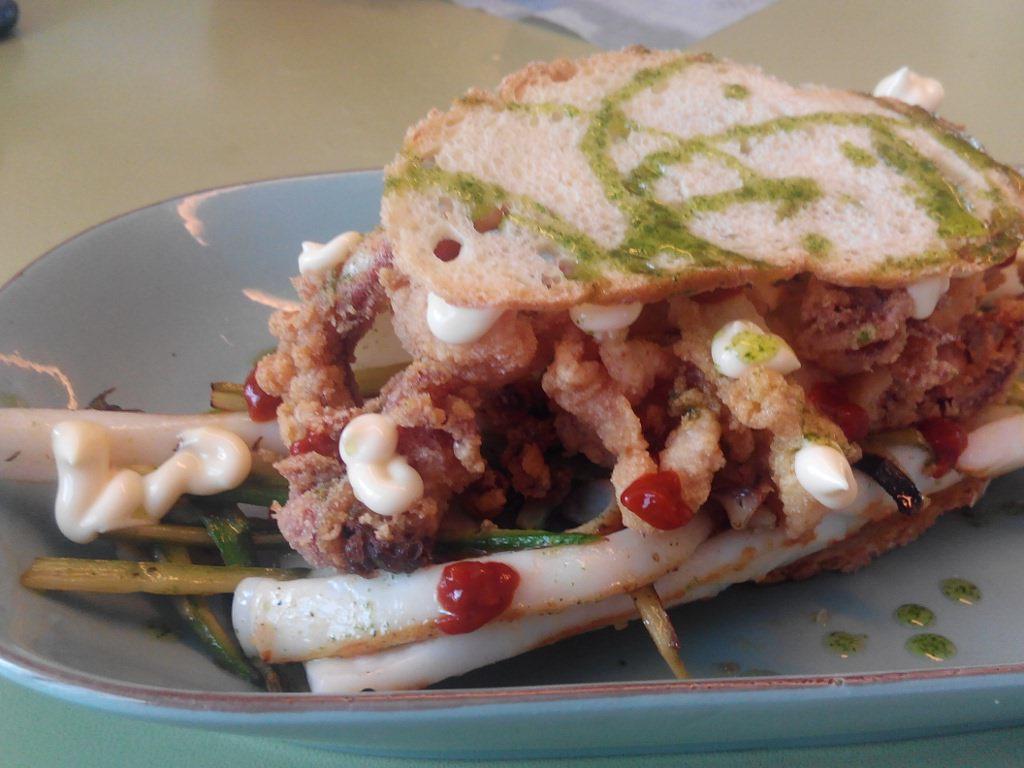 Bocadillo de calamares en tres cocciones. Foto: V. K.