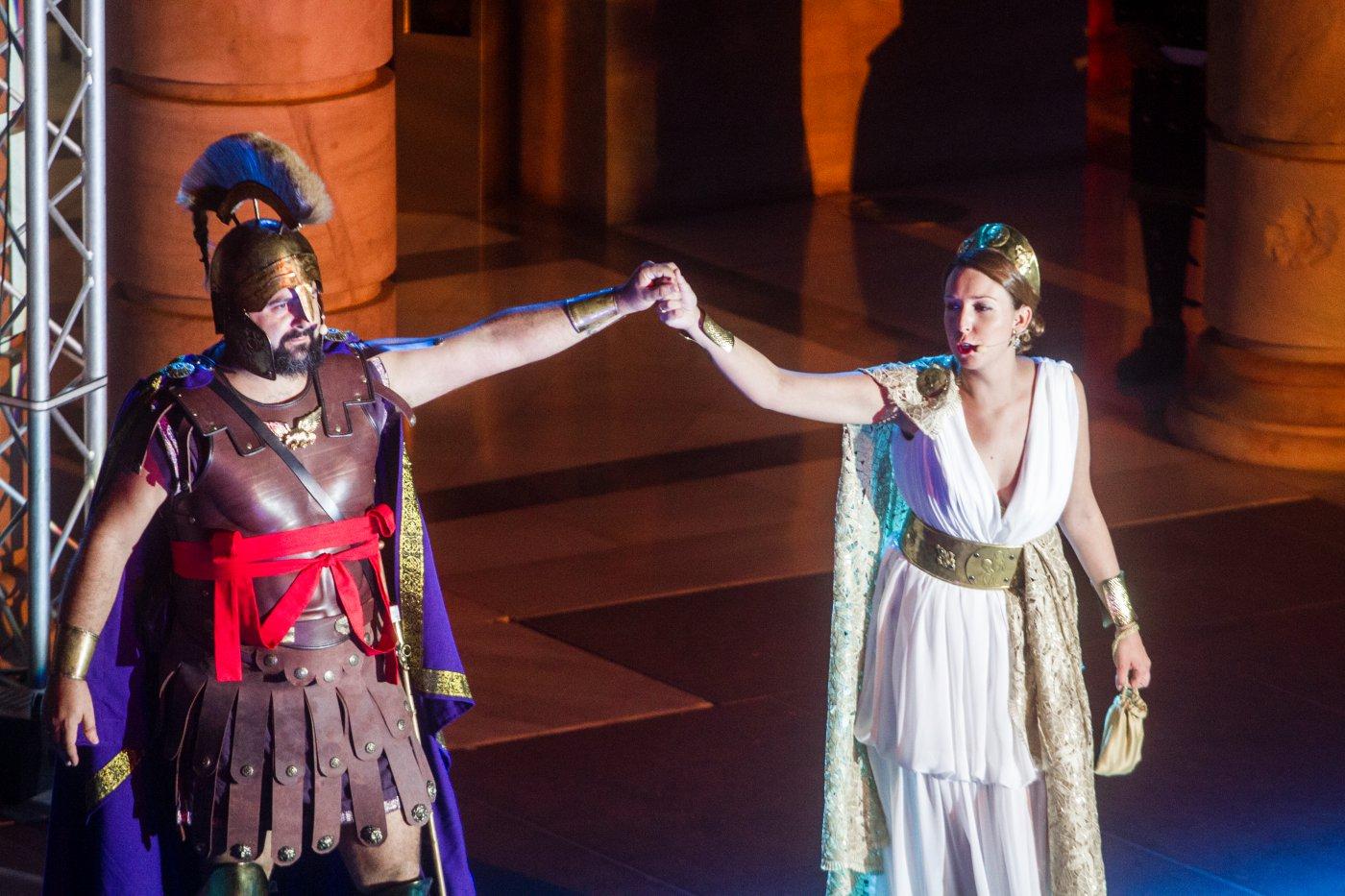 Carthagineses y romanos: Husai de León (general Publio Cornelio Escipión) y Pilar García (Emilia Paula)