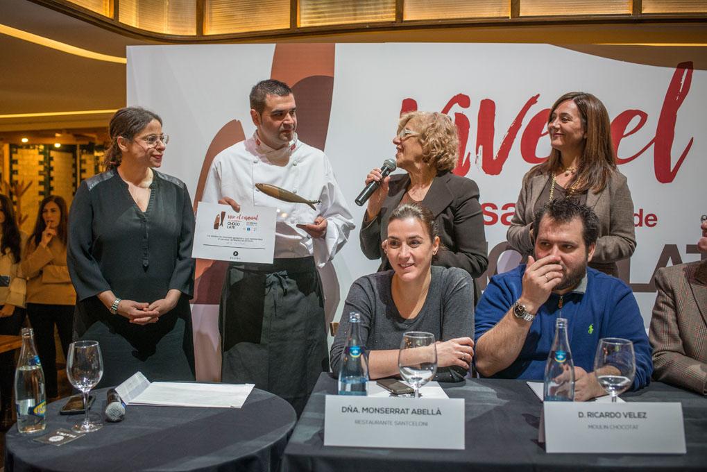 Manuela Carmena entrega el premio al ganador del concurso.