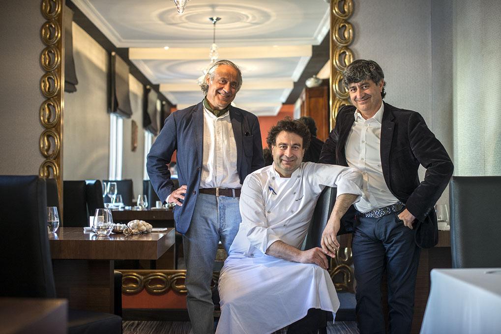 Pepe y Diego Rodríguez con el cocinero Manolo de la Osa, que estaba ese día de visita.