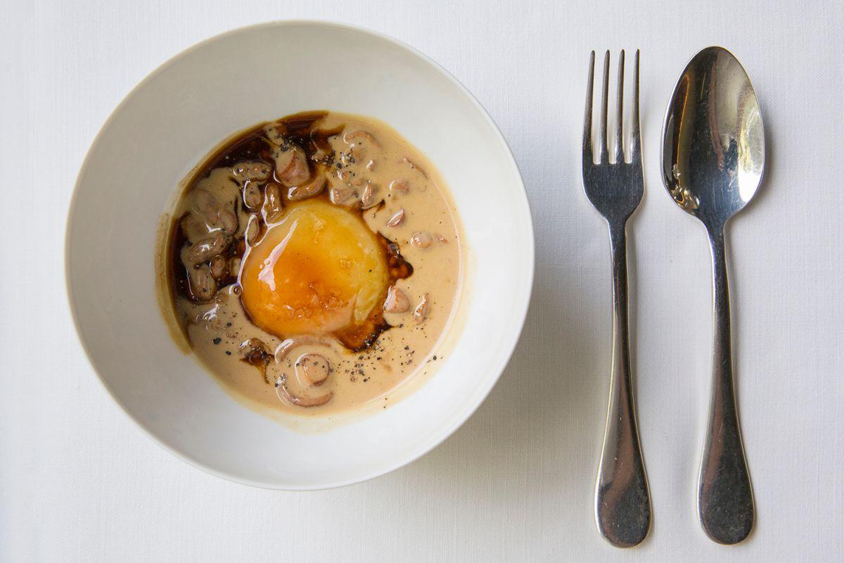 Huevo fresco del día con jugo de asado, del restaurante Les Cols, en Olot (Girona). Foto: Kristin Block