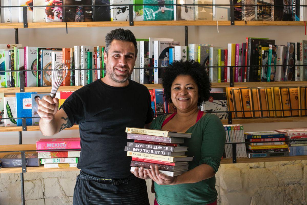 Ruth Boeto con la selección de libros que vamos a maridar, y el cocinero de 'Muez', Sergi Cerveró.