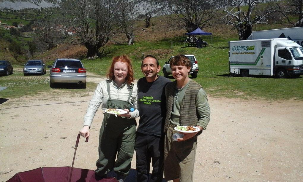 Pedro junto a Samantha Allison -Heidi- y Perry Eagleton -Pedro-, en el castañar. Foto: Pedro Verlardes.