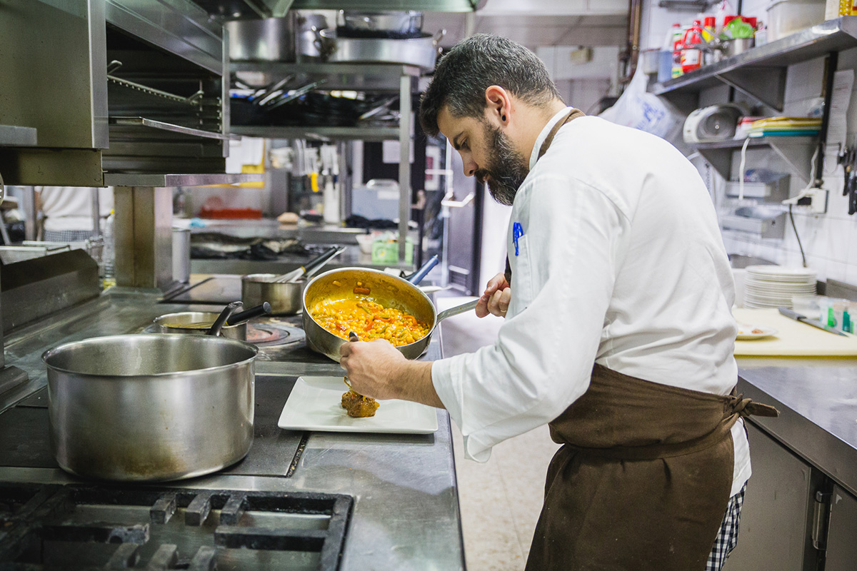 Preparando el guiso de garbanzos con jarrete de ternera en el 'Restaurante Oriza'.