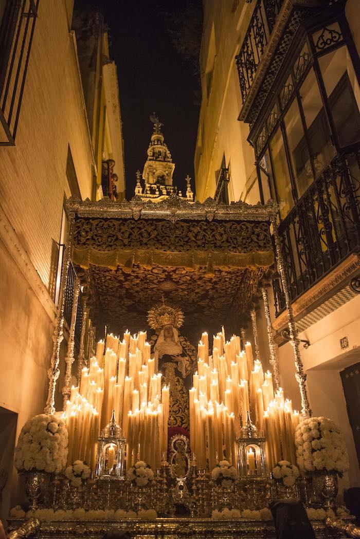 Palio de la Hermandad de las Penas de San Vicente por la estrechez de la calle Placentines. Foto: Ayto. Sevilla