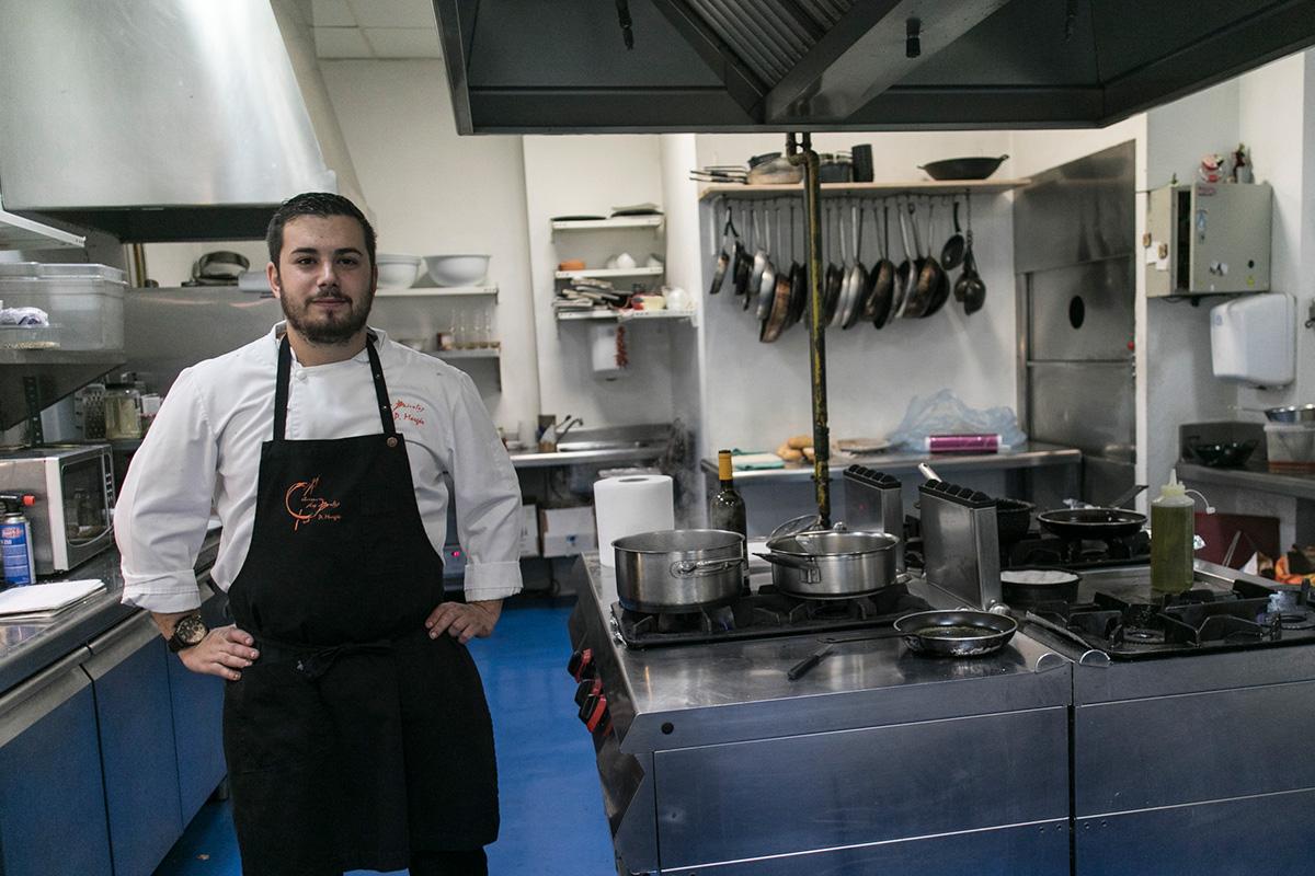 Pablo en su cocina de Las Bairetas, desde la que oficia con devoción