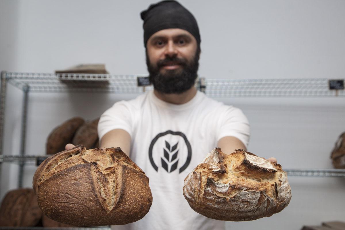 Antonio dejó la topografía por las hogazas. A la izquierda, pan de trigo integral. A la derecha, Pagés.