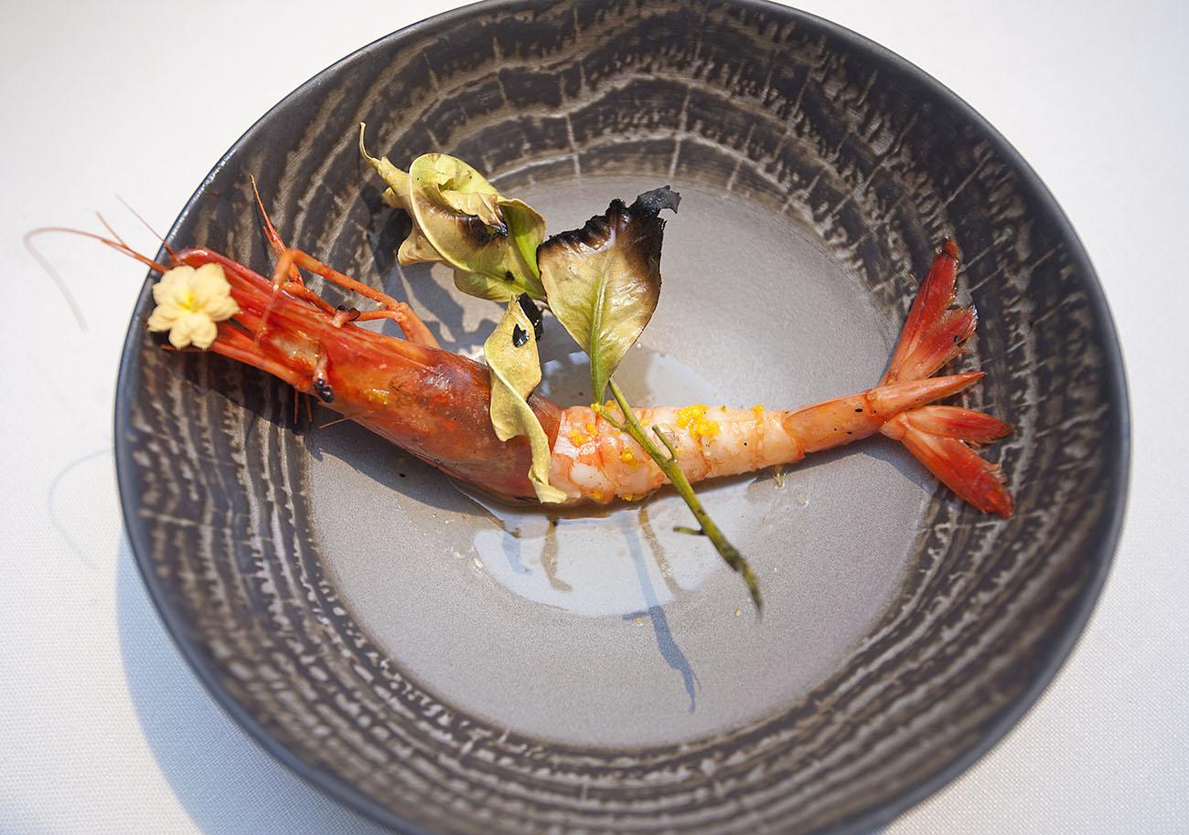 Las gambas rojas, de la Bahía de Jávea, frita con hojas de naranjo fritas.