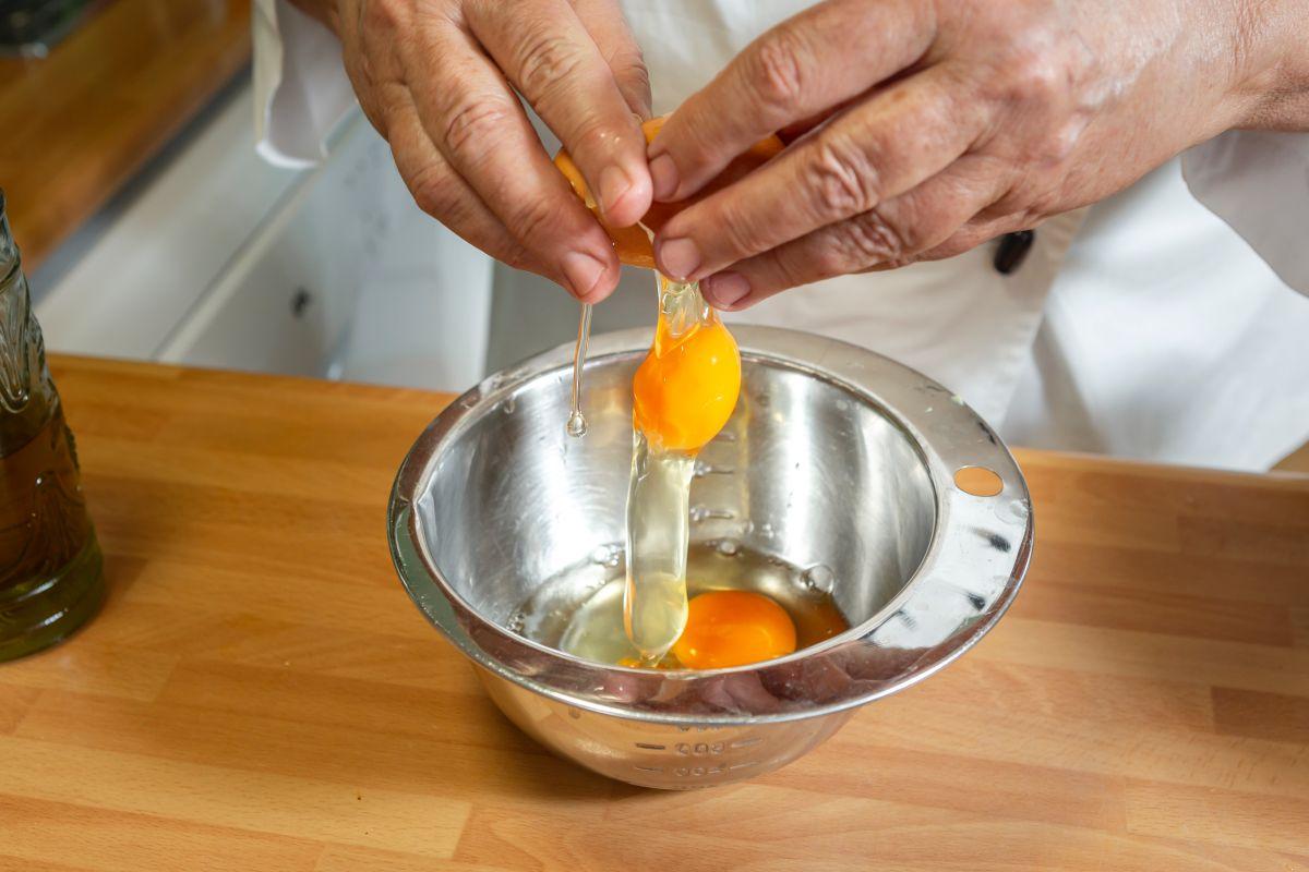 Cascando un huevo para las recetas de bizcochos salados.