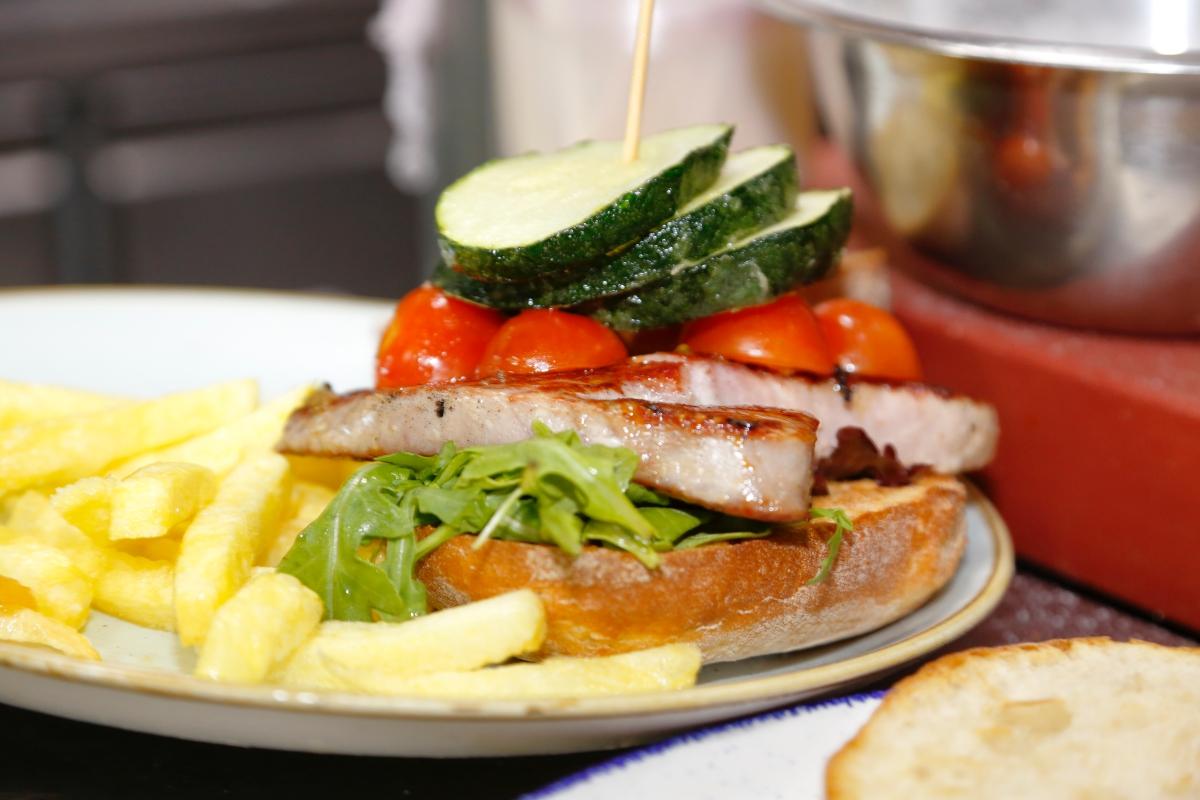 La hamburguesa 'Cádiz', sustituye la carne de ternera por atún.