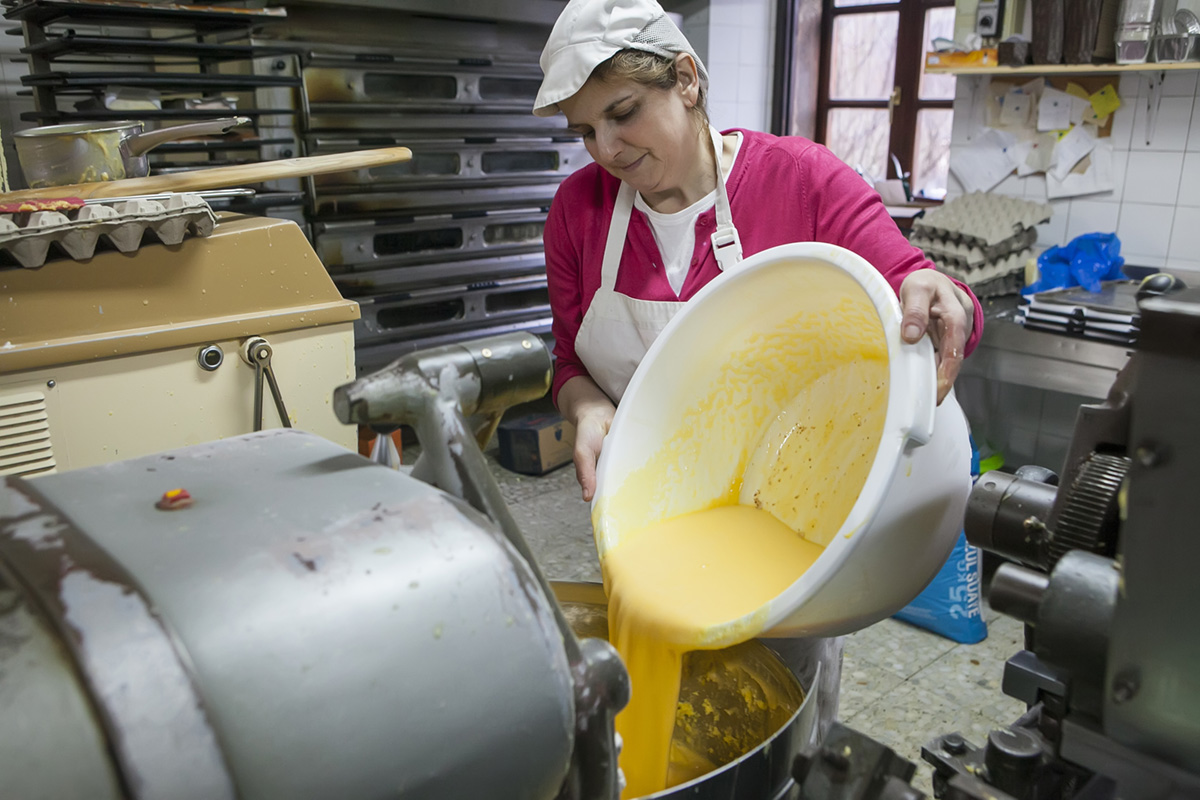 Covadonga prepara la masa del mantecado como lo hacía Etelvina hace medio siglo.