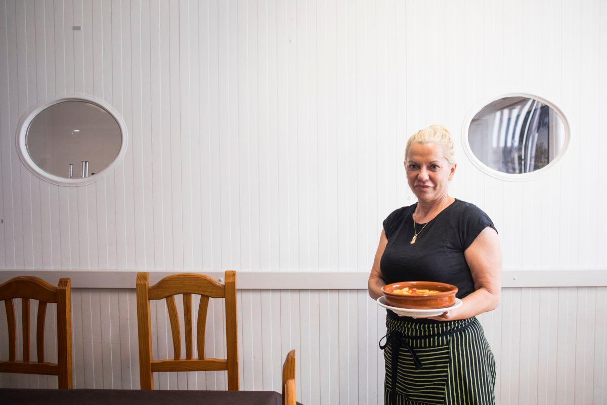 La cocinera de 'la Primitiva' con un plato de 'All i pebre'.