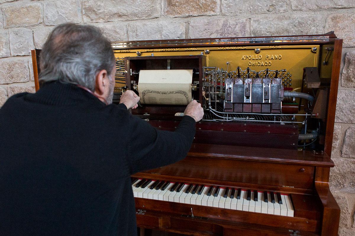 Ramón Sunyer, fonotecario de la Unidad de Sonoros y Audiovisuales, preparando la pianola.