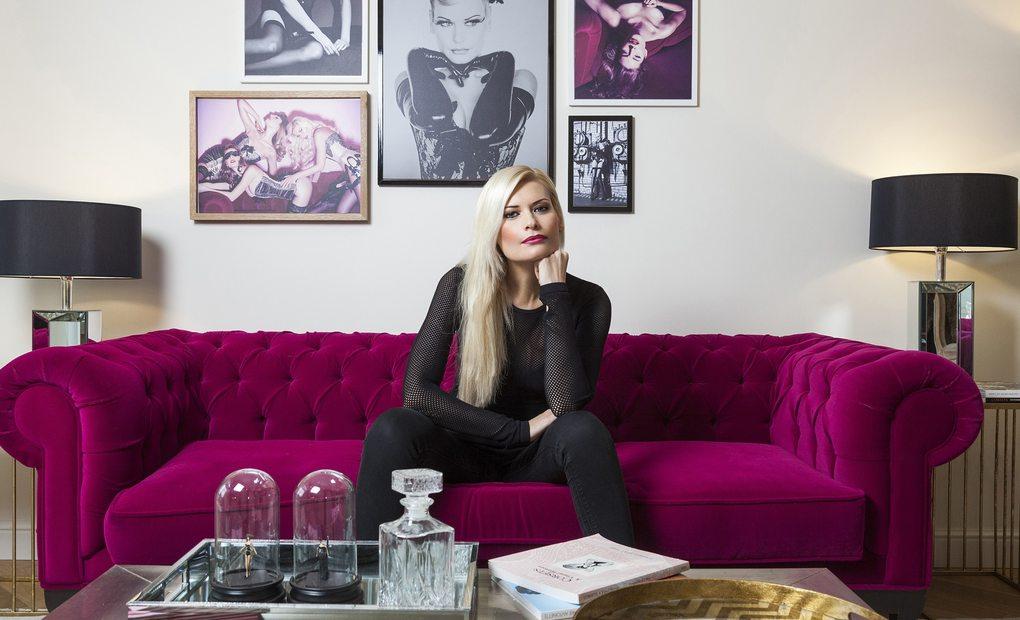 Maya Hansen, en la habitación que ha diseñado para el Dear Hotel. Foto: Dear Hotel.