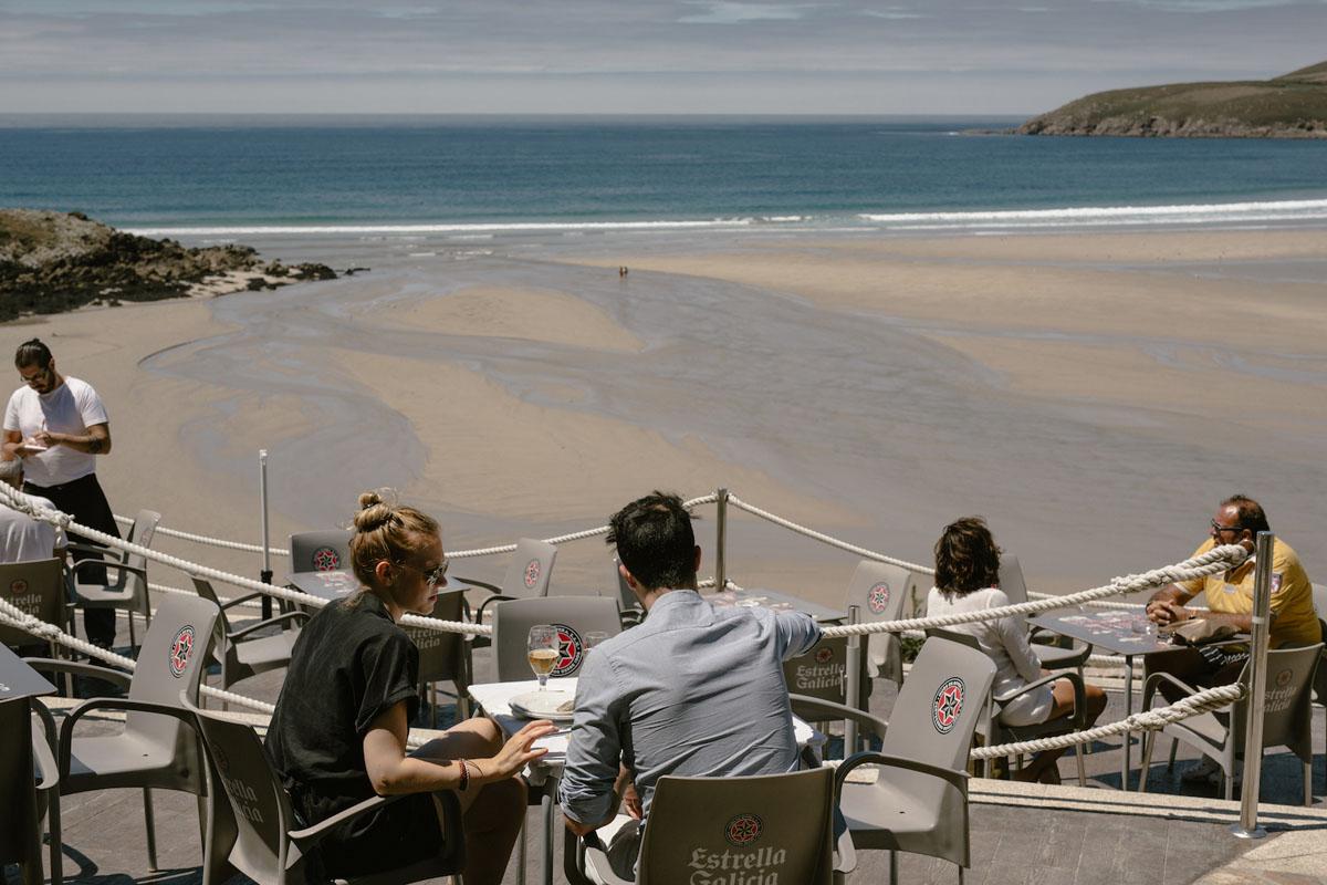 Las vistas del bar de la playa Lides, en Sanxenxo, también alimentan. Foto: Nuria Sambade.