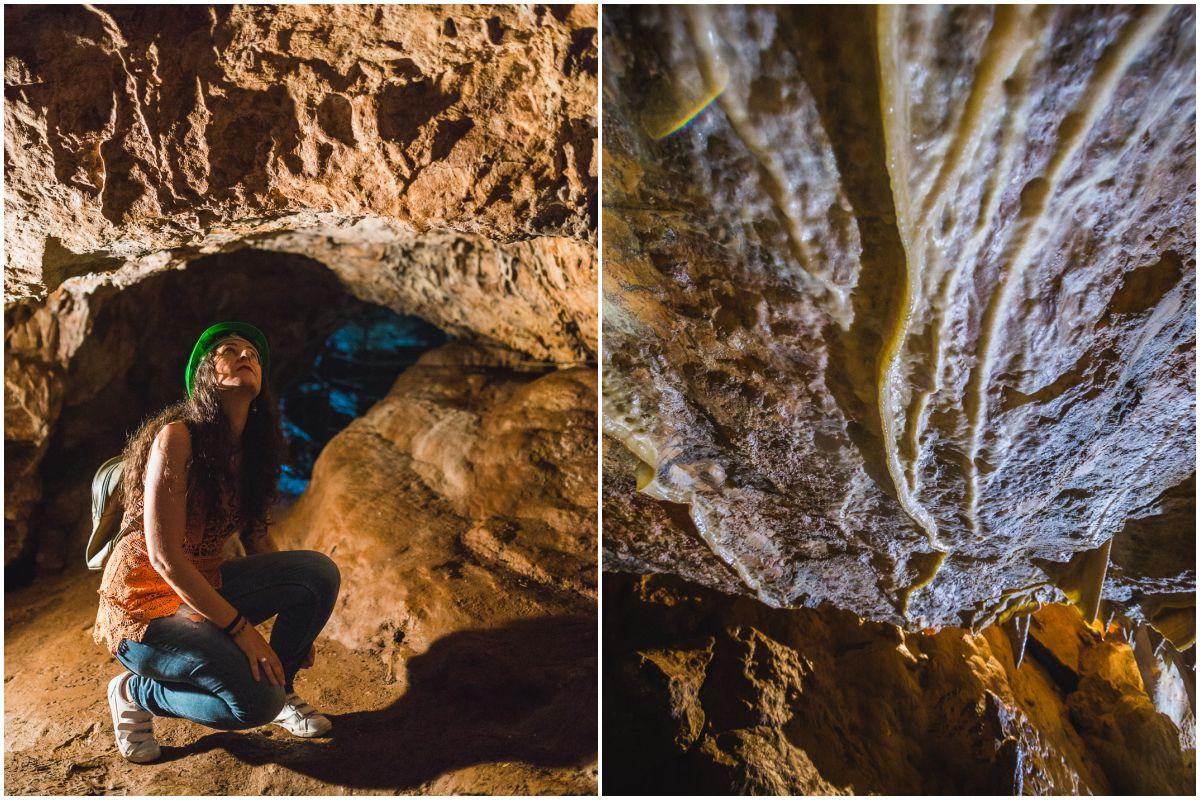 En el interior de las Cuevas de las Fuentes de León, en la provincia de Badajoz, una visitante mira el techo lleno de curiosas formaciones.
