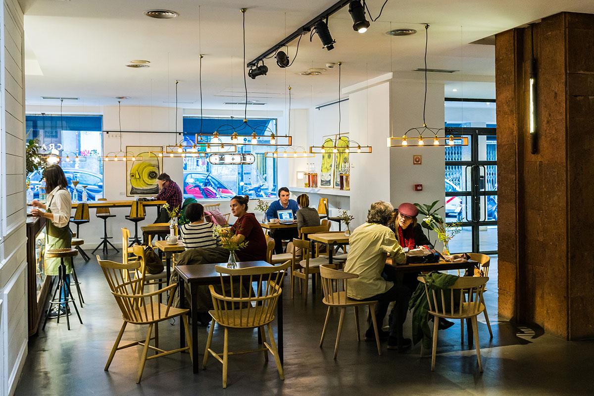 La cafetería-restaurante invita a la charla tranquila, sin prisas.