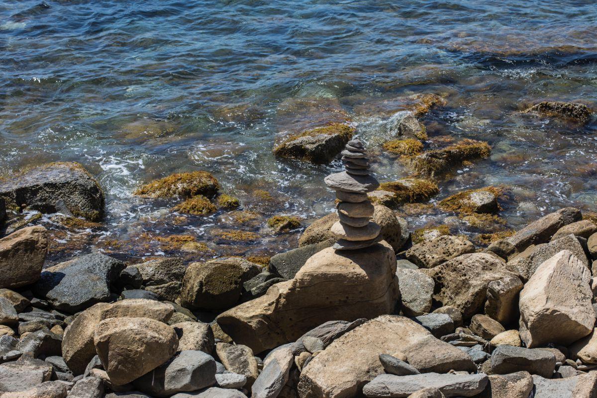 Un montículo de piedras en la cala Llobella, en Calpe, Alicante.
