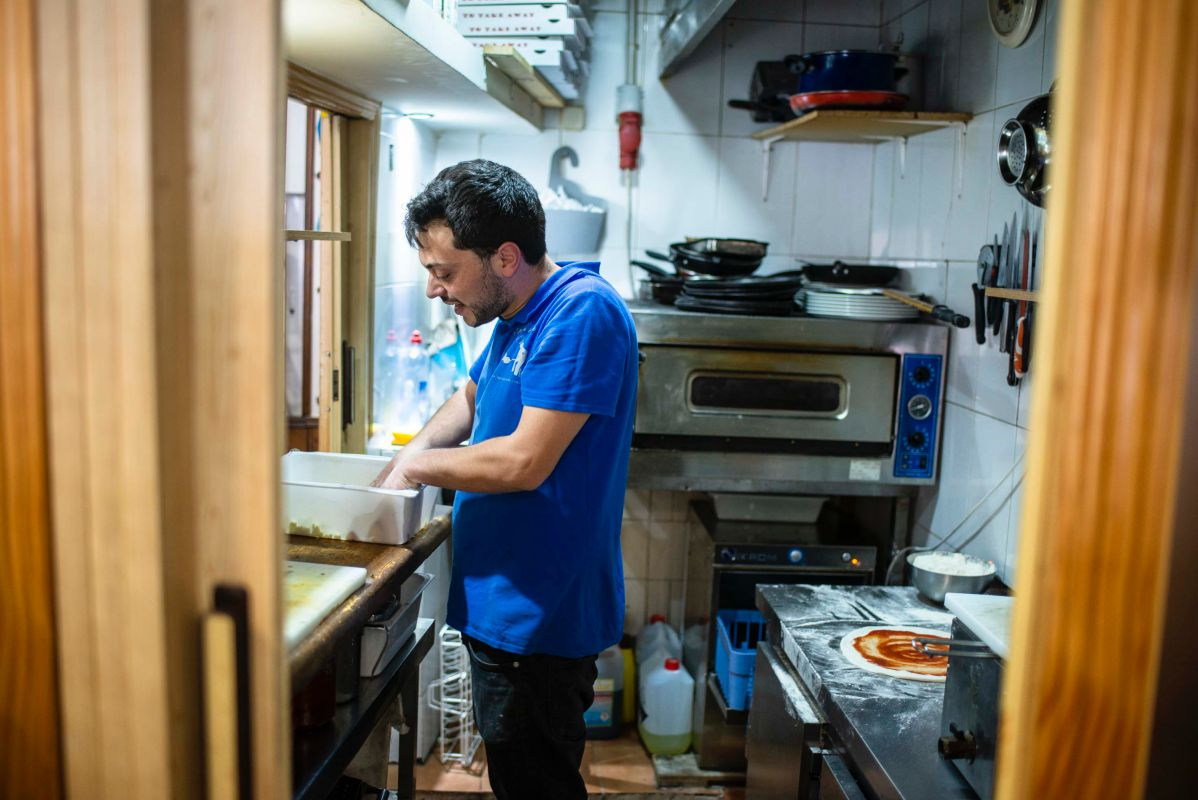 Mikele Corsalini de 'La pizza è bella' prepara un pizza margarita en su pequeña cocina, en Madrid.