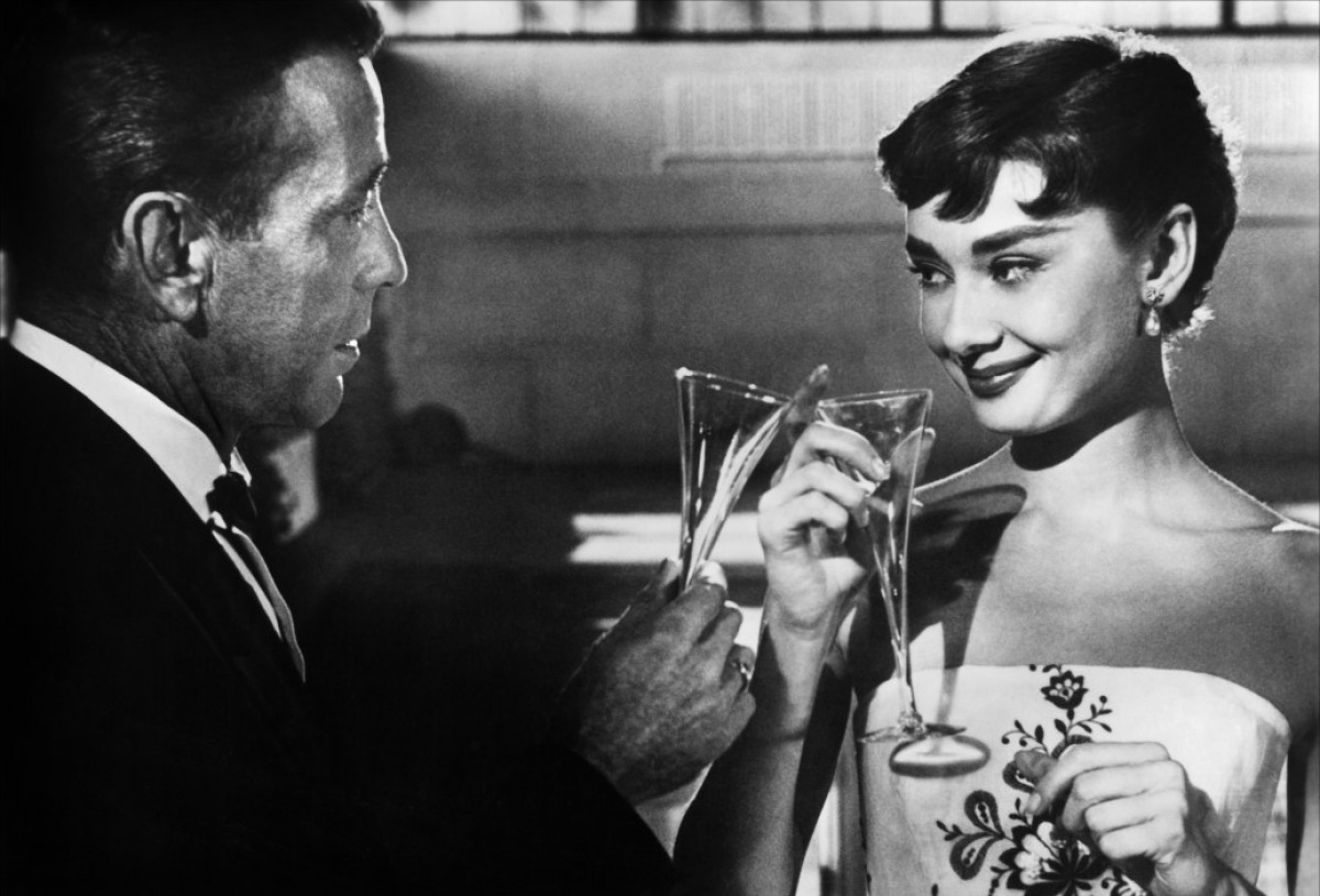 Audrey Hepburn en Sabrina, bebiendo champange.