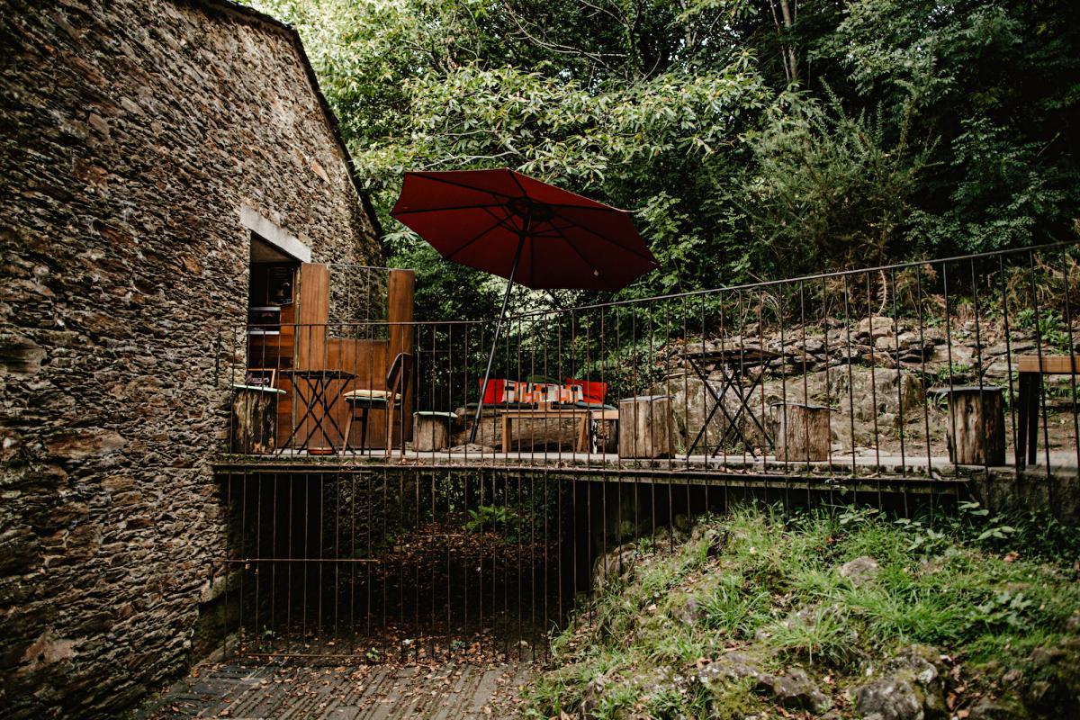 La terracita de la Taberna de Caaveiro, bien integrada en el monte.