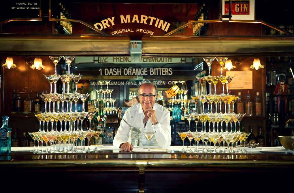 Javier de las Muelas tras la barra de Dry Martini.