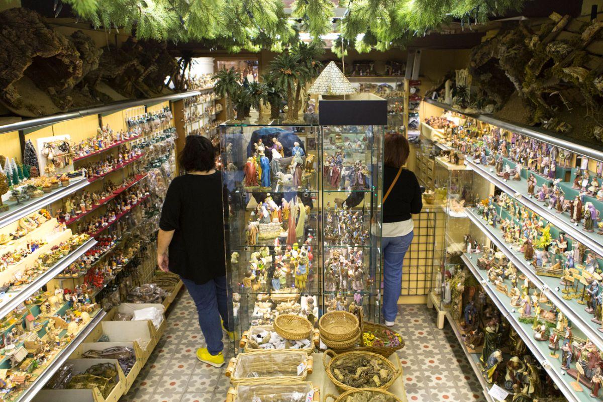 Angosta y abarrotada, la tienda abre los meses de noviembre y diciembre.