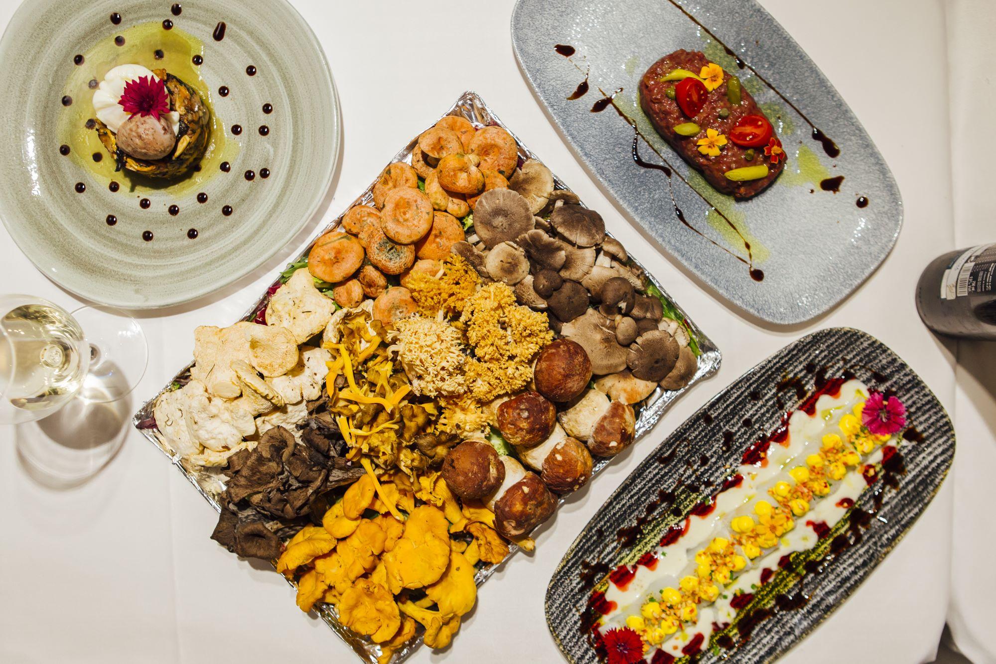 Popurrí de setas con butifarra del Perol y huevo poché, bandeja de setas, tartar de cabra hispánica y bacalao marinado con salsa de yogur y jalapeño liofilizado.