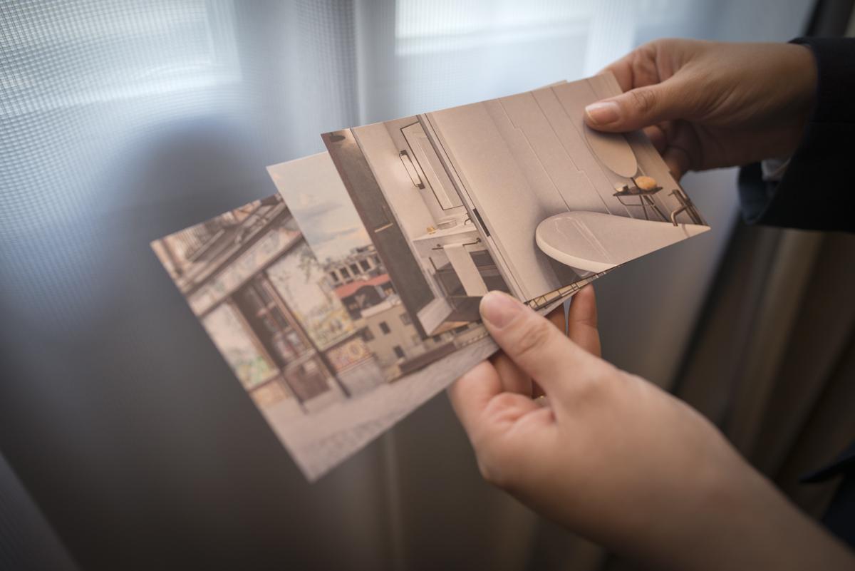 Todas las habitaciones cuentan con postales como las que se regalaba a los inquilinos del antiguo hotel.