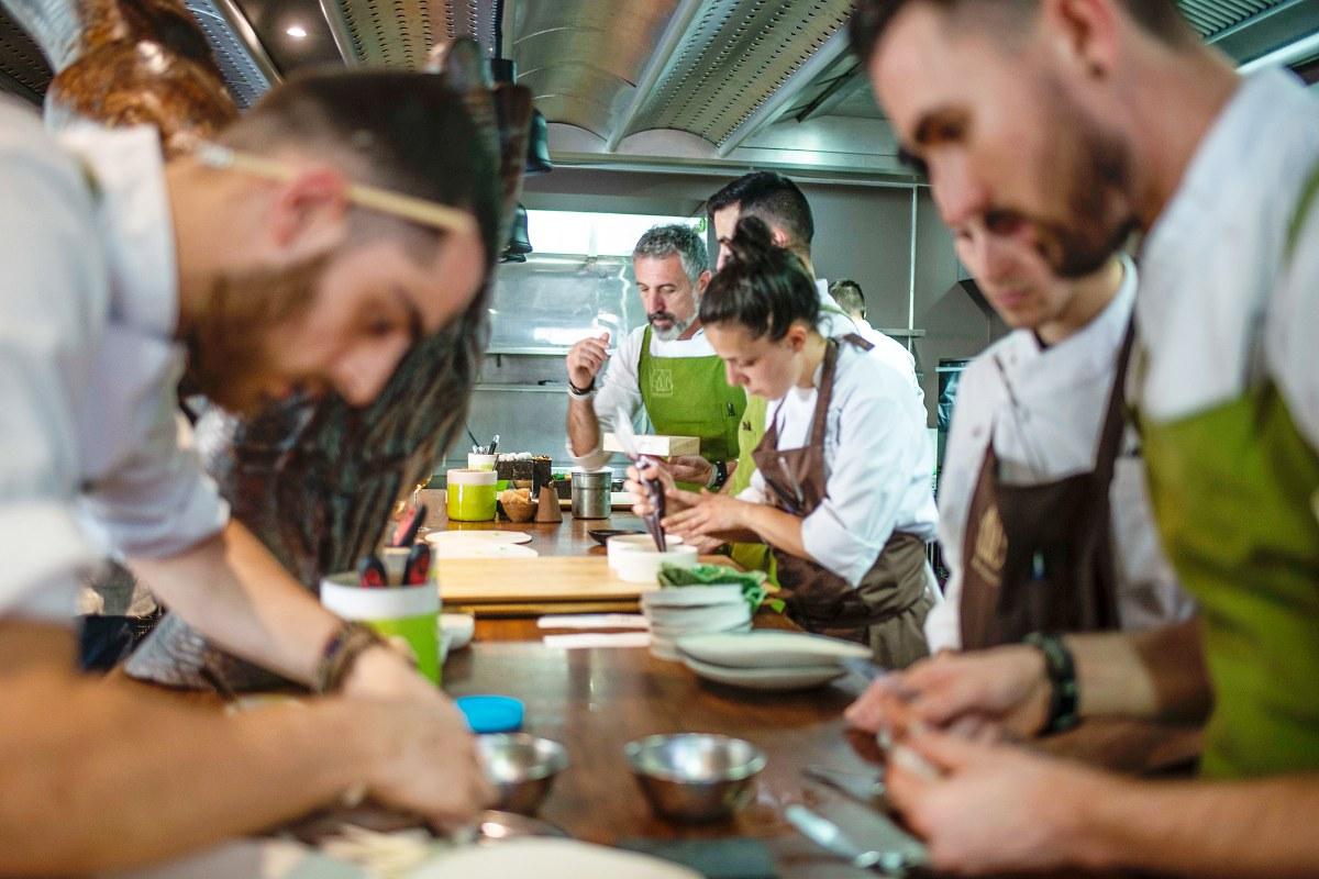 El equipo bulle en la cocina.