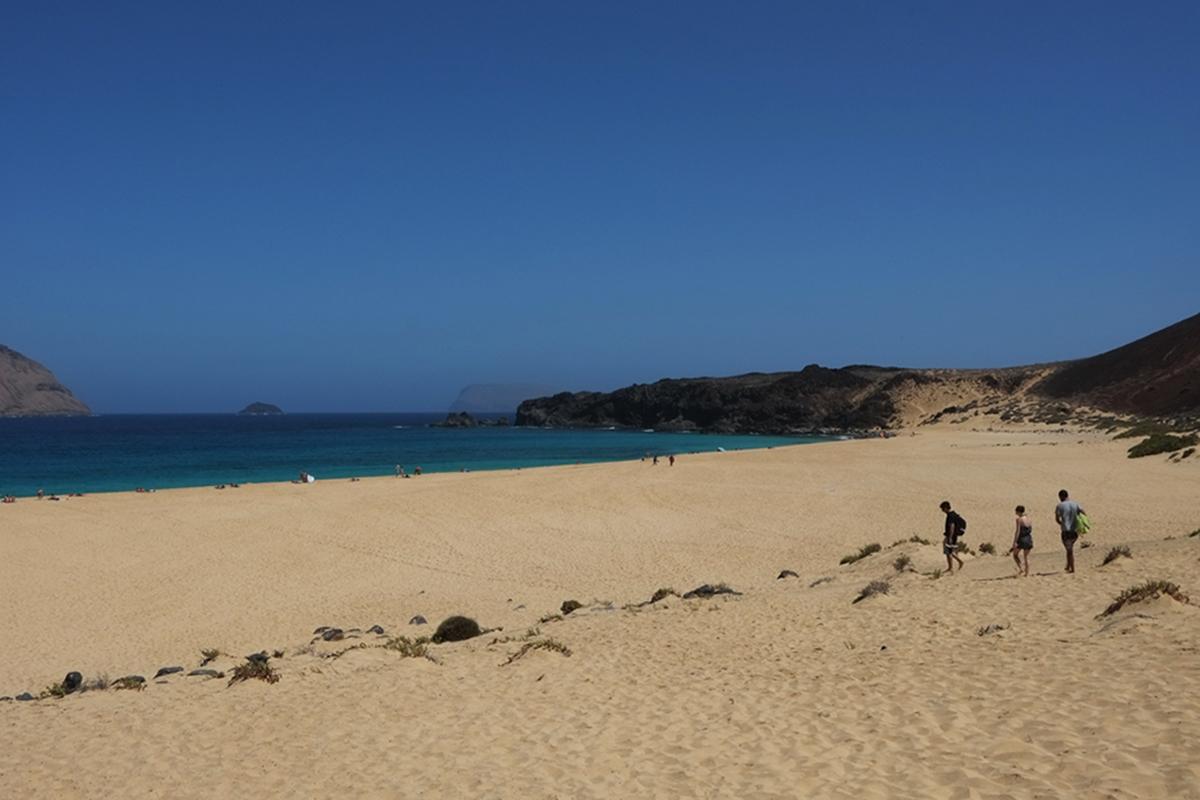 La Playa de Las Conchas es considerada una de las más bonitas de todo Lanzarote.