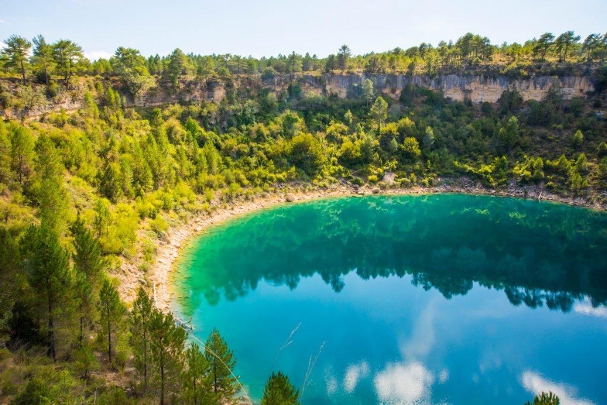 La Laguna del Tejo es, con sus vivos colores, todo un espectáculo a la vista. Foto: Agestock.