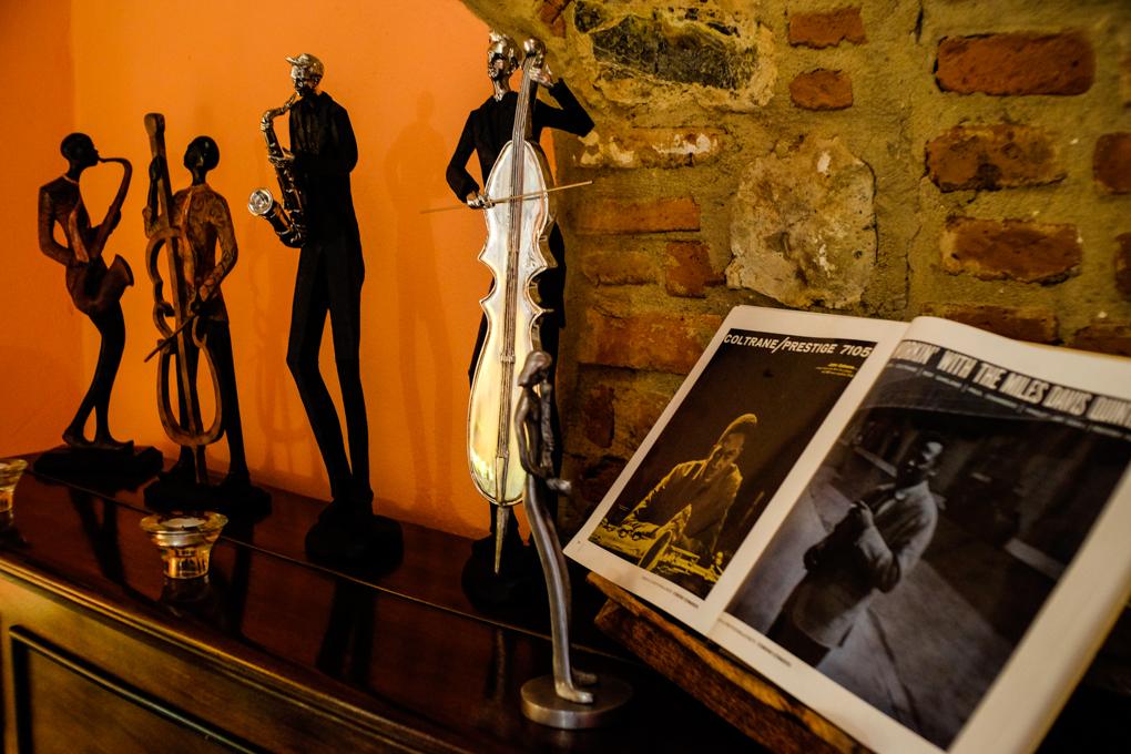 Todo el alojamiento es un homenaje a la música jazz.