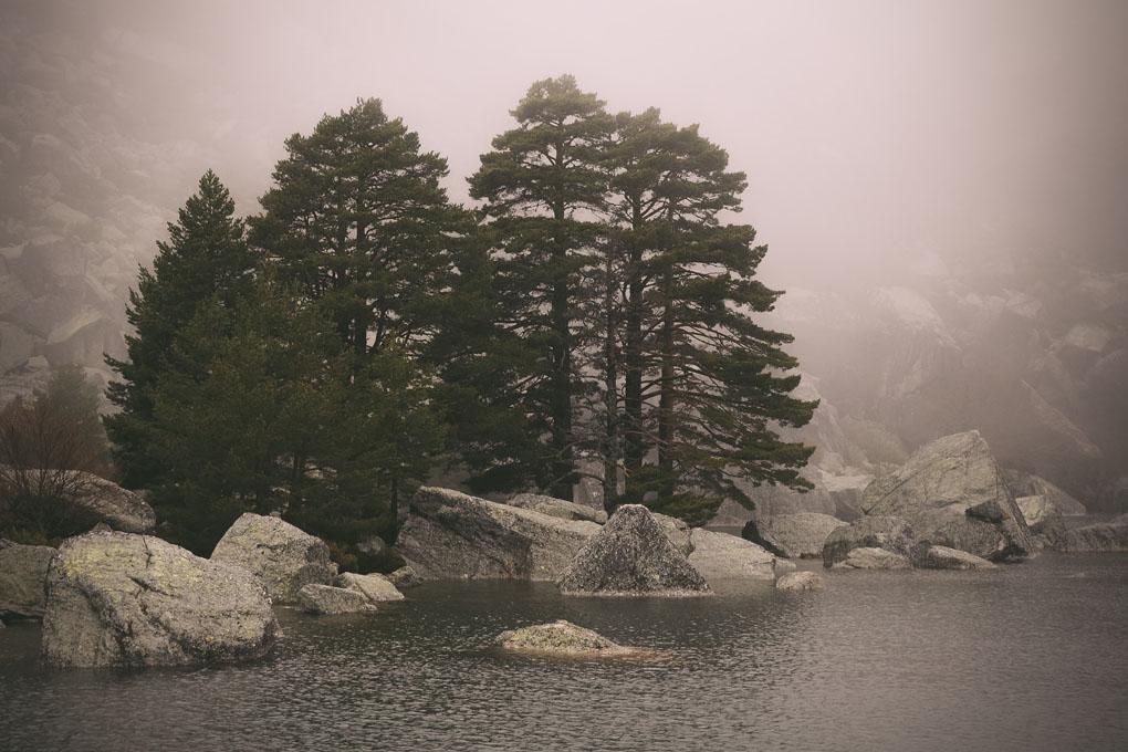 La niebla le otorga al lago aún más misterio. Foto: shutterstock.