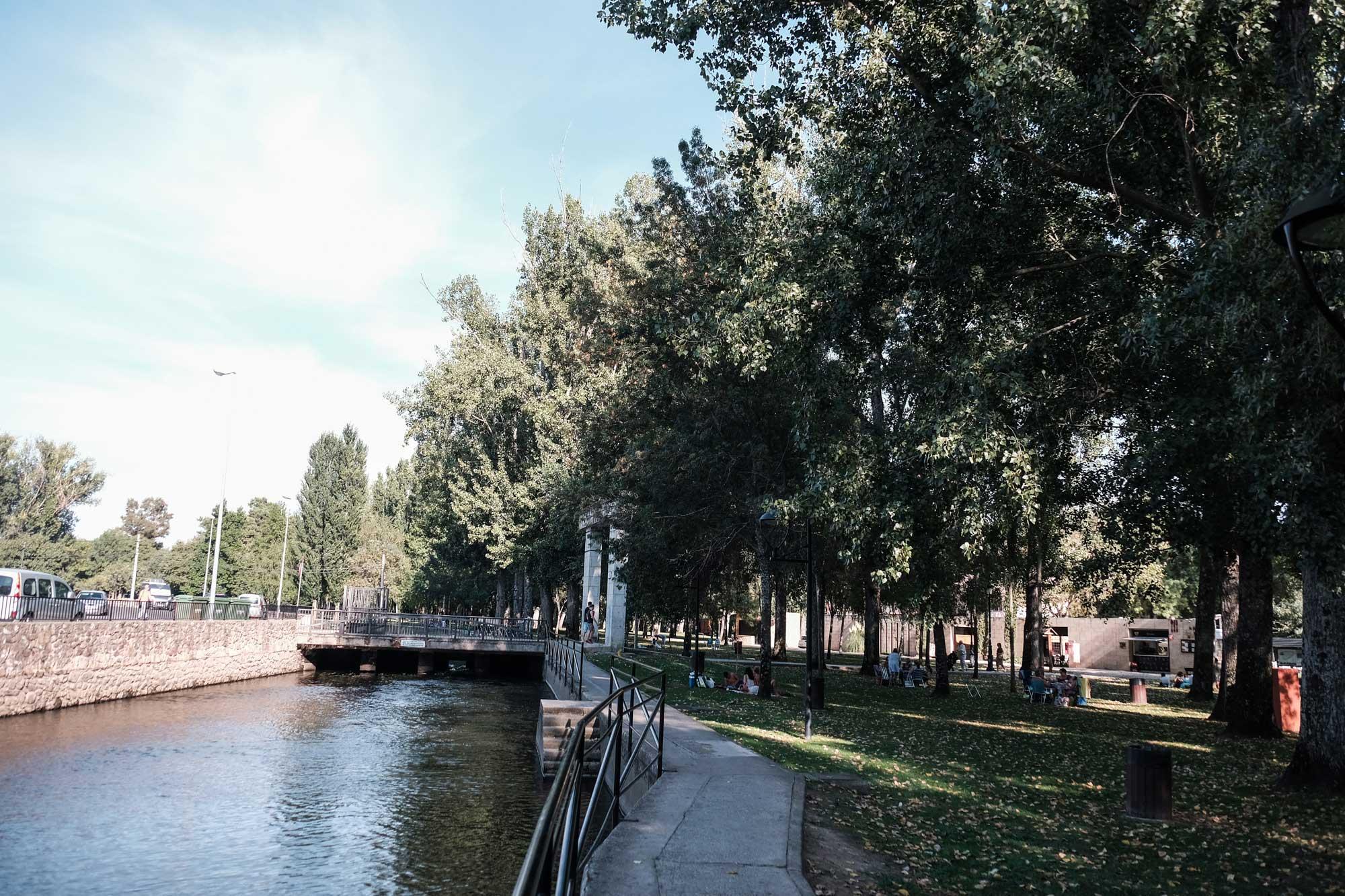 El Jerte, que refresca el parque de La Isla, congrega a su paso a los lugareños en los días calurosos.