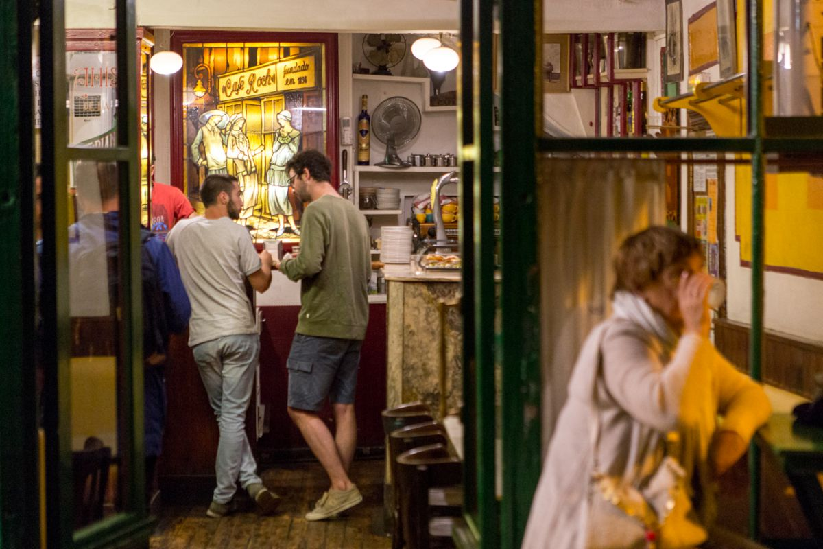 El 'Café Roch' es uno de los últimos reductos para la bohemia en Pamplona, un local centenario.
