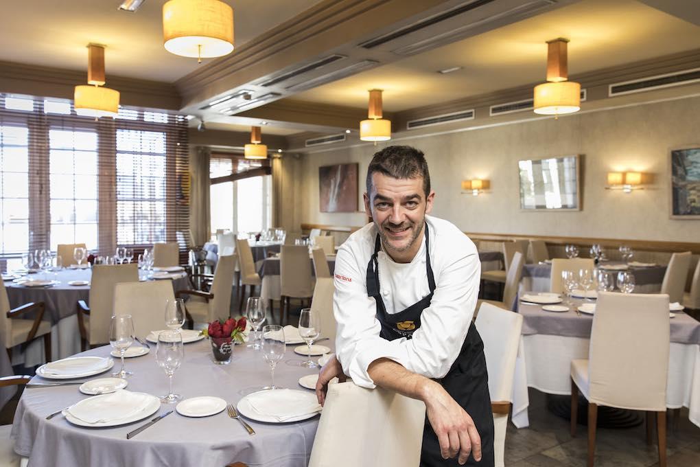 Héctor López en el comedor del restaurante España