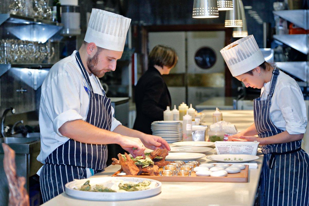 En la cocina conviven dos ambientes y dos equipos: el del 'Tradición' y el de 'El Portal'.