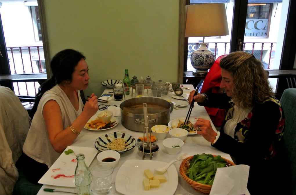 Dos comensales comparten una olla caliente en Casa Lafu.