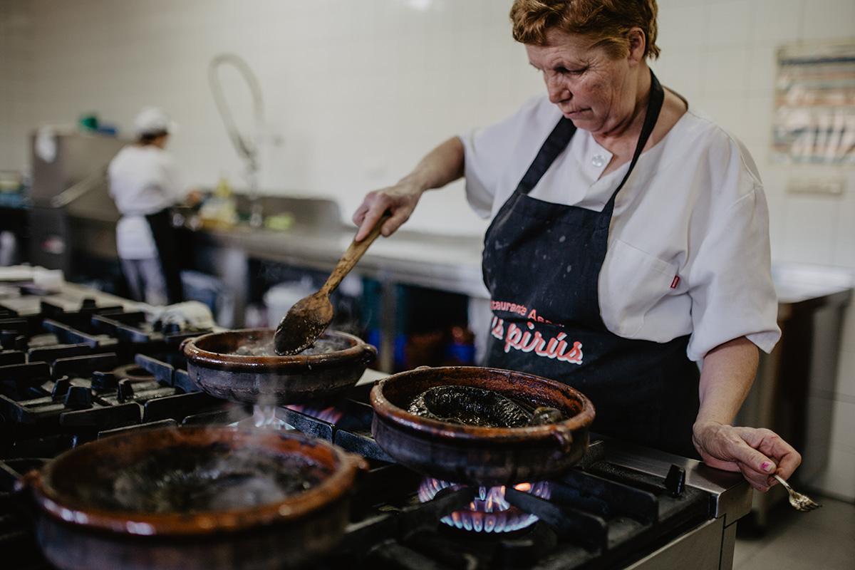 En Os Pirús, cocinan la lamprea a la bordelesa (o estilo Arbo) en ollas de cerámica.