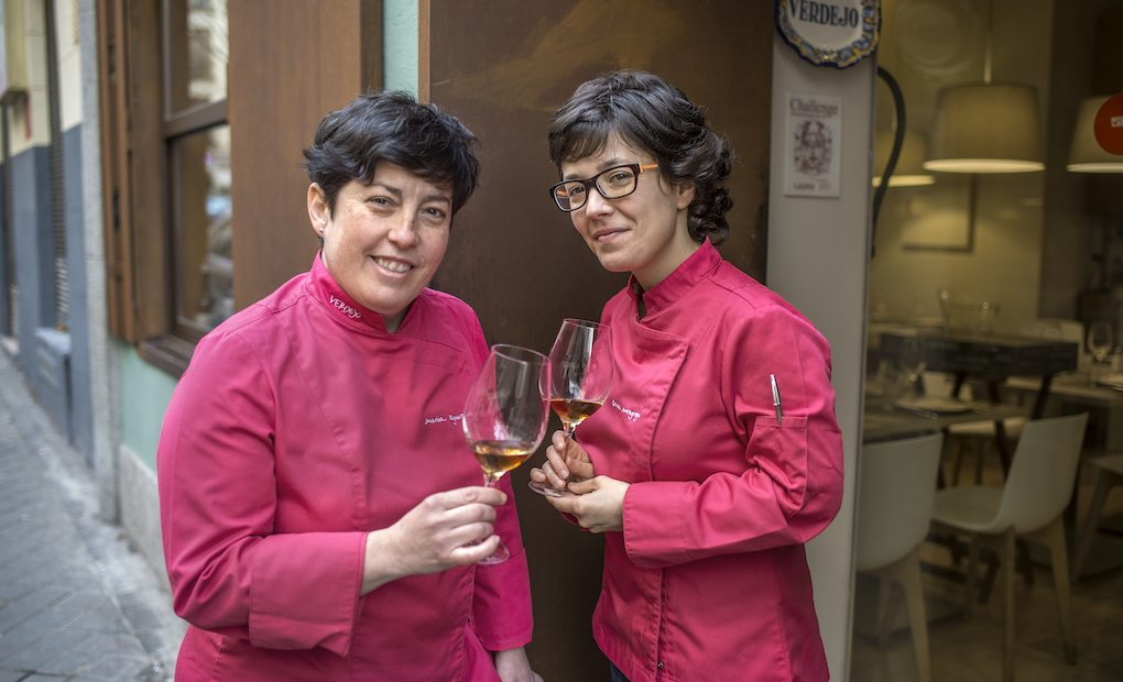 Marian y Carmen, a las puertas de Verdejo, reciben con cariño a sus clientes.